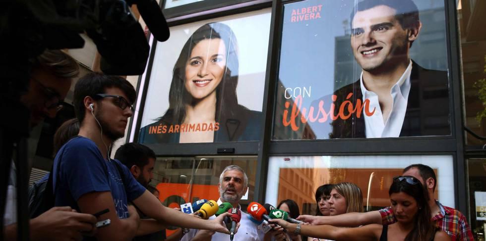 El portavoz parlamentario de Ciudadanos en Cataluña, Carlos Carrizosa, hace declaraciones frente a la sede del partido en Barcelona.
