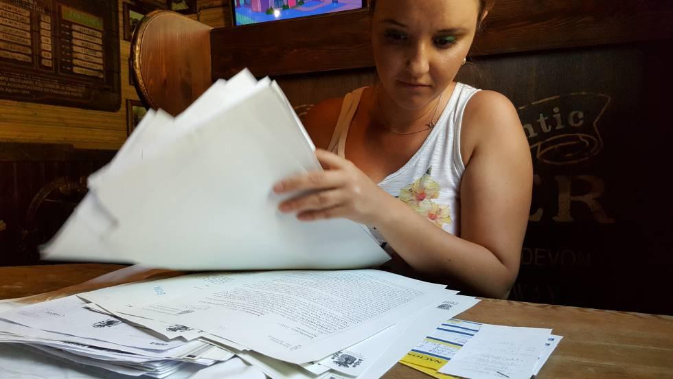 Ramona María Timaru muestra papeles judiciales, el sábado en una cafetería de Zaragoza.