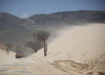 Una enorme duna se traga una carretera de acceso