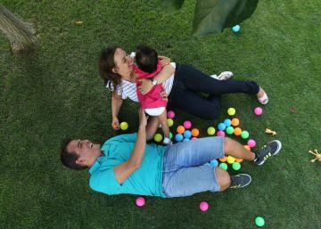 Las solicitudes de adopción nacional e internacional se desploman en España
