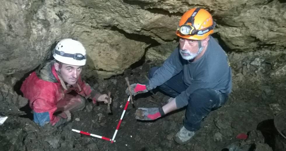 Los excavadores Asier Izagirre y Francisco Etxeberriajunto a los restos en la sima de Gaztelu.rn