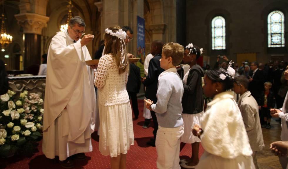 Celebración de la primera comunión en una iglesia.