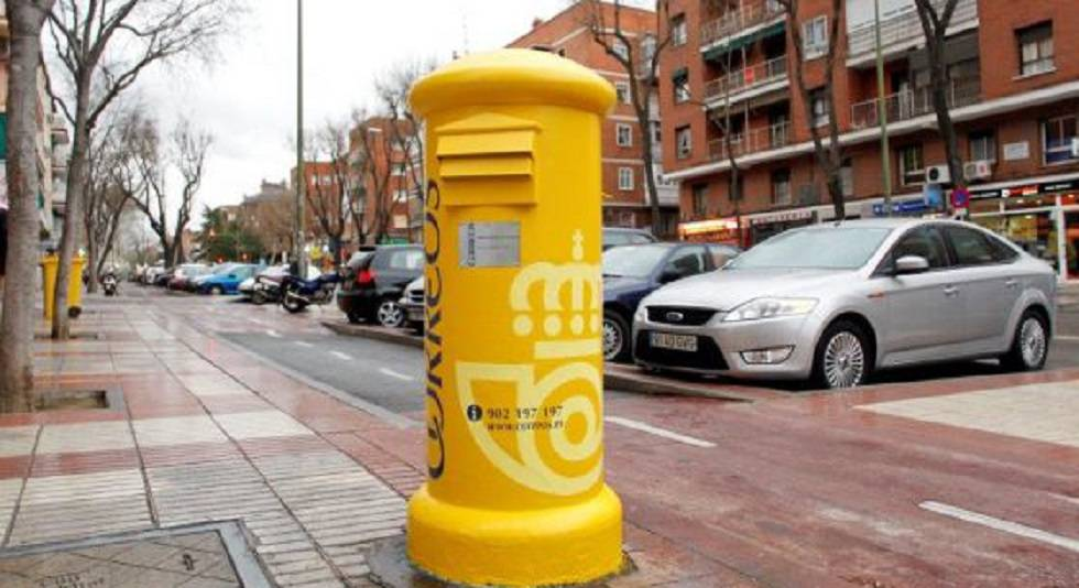 Un buzón de correos en una calle de Madrid.