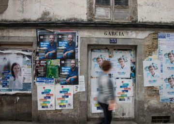 Carteles electorales sobre la pared de una vivienda en Villalba (Lugo).rn