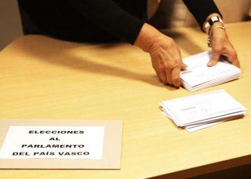 La Ertzaintza retira carteles políticos de colegios electorales