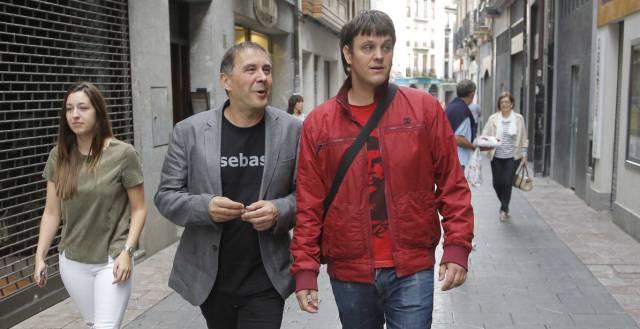 Arnaldo Otegi y su hijo Hodei, este domingo.