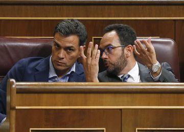 Pedro Sánchez y Antonio Hernando durante el pleno del Congreso de este martes.