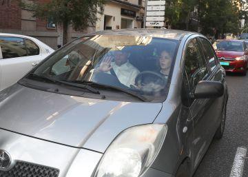 Antonio Pradas y Eva Matarin a la salida de la sede del PSOE tras presentar firmas contra Pedro Sanchez.