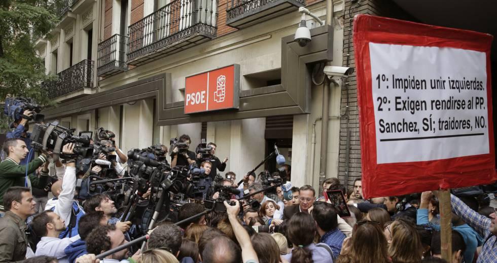 Numerosos periodistas a la entrada de la sede del PSOE en la calle de Ferraz de Madrid.