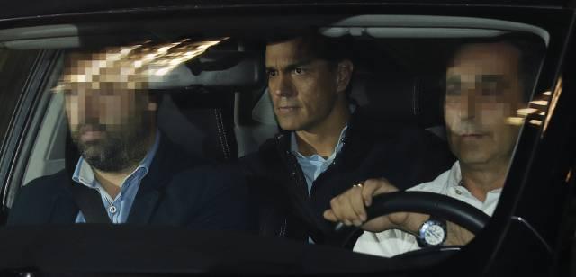 El secretario general del PSOE, Pedro Sánchez, a su salida el jueves de la sede socialista de la calle Ferraz, en Madrid.