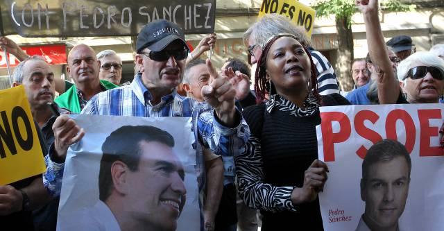 Simpatizantes de Pedro Sánchez, este sábado en la sede socialista de Ferraz.