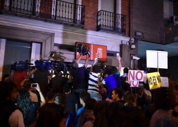 Ambiente en las puertas de la sede del PSOE
