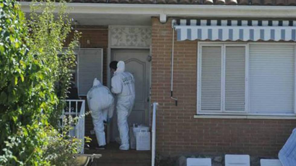 Agentes de Científica acceden a la casa de Pioz (Guadalajara) donde fueron hallados los cuerpos de la familia brasileña asesinada.