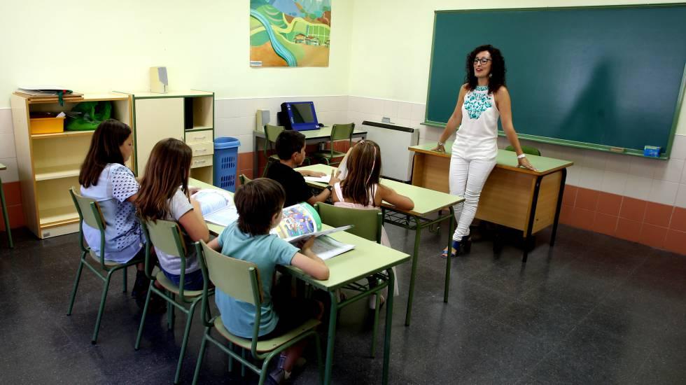 Cinco alumnos en el aula con una profesora de Música del Colegio Rural Agrupado.