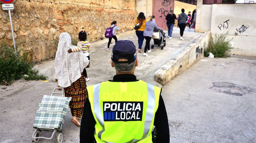 Un policía en la entrada de los niños al colegio público del barrio obrero de Son Roca, Palma.