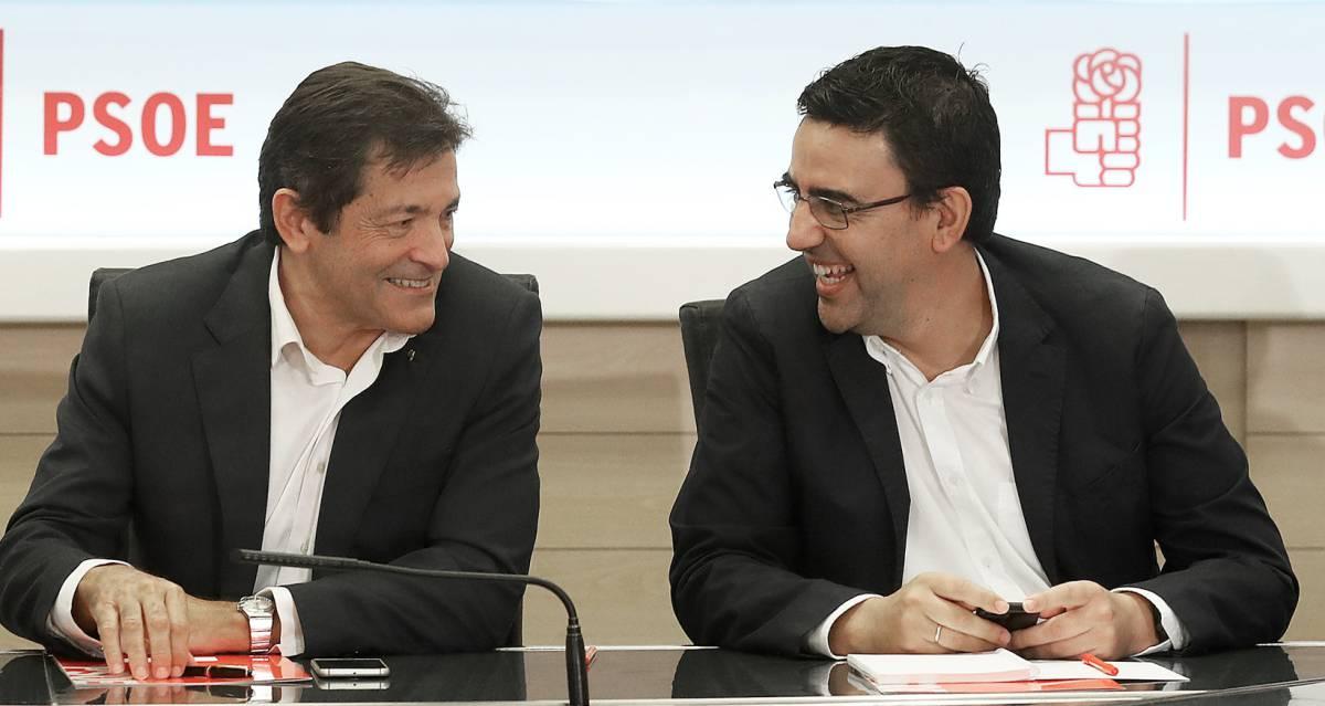 Javier Fernández y Mario Jiménez, en la reunión de la gestora del PSOE.