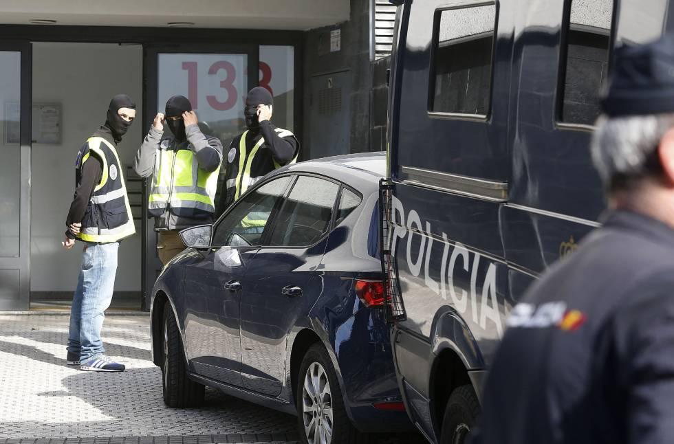 Policías nacionales detienen en Ceuta a un individuo que formaba parte de una célula yihadista, el 16 de octubre.