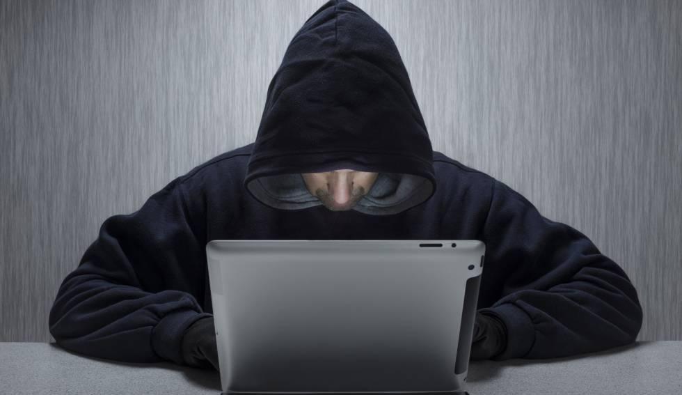 Un hombre maneja un ordenador.