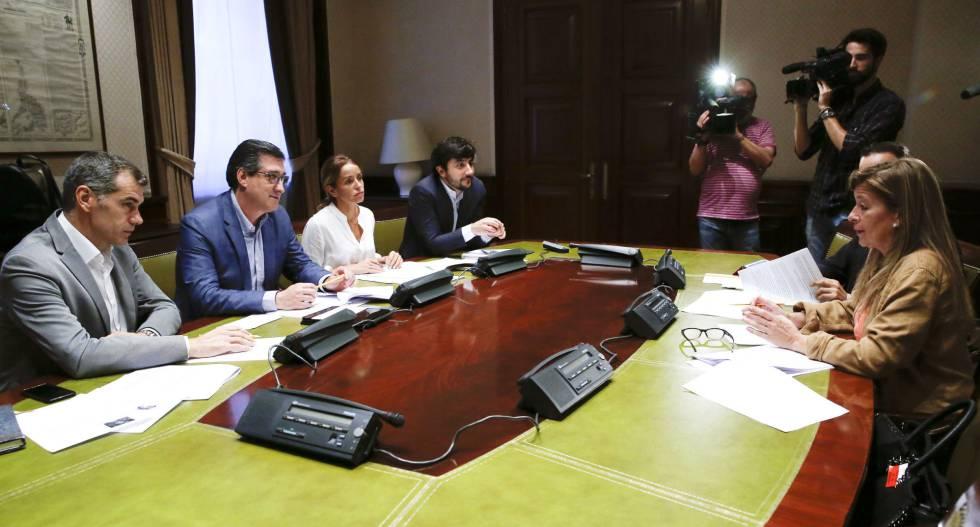 Toni Cantó, Ignacio Prendes, Patricia Reyes y Toni Roldán, de Ciudadanos, conversan con la exfuncionaria municipal de Boadilla del Monte que denunció el caso Gürtel, Ana Garrido, el pasado martes.