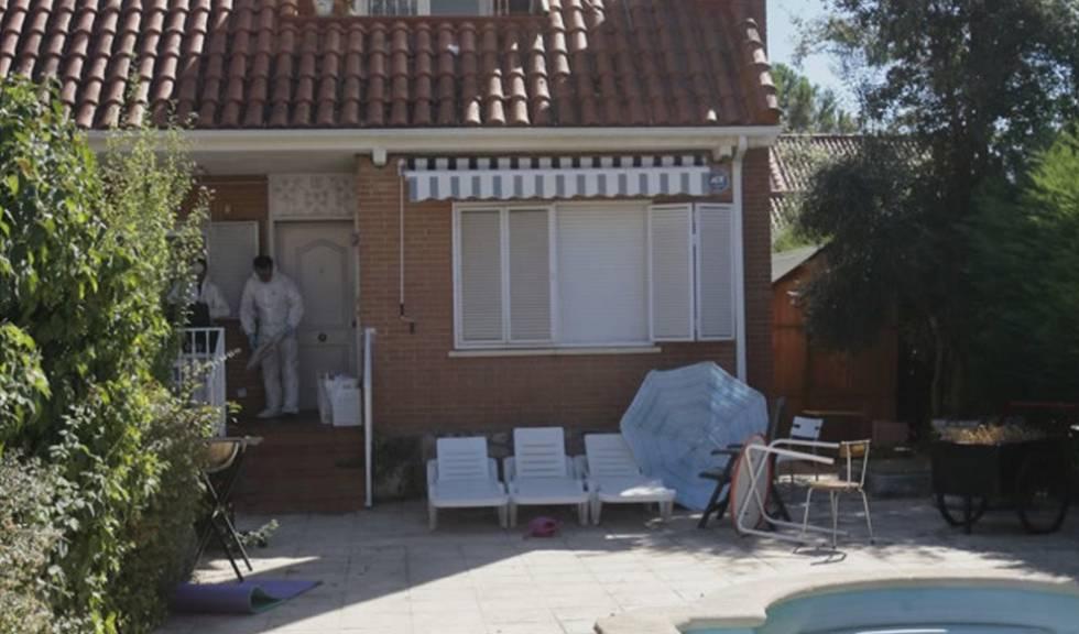 Agentes de la policía científica inspeccionan la casa en la que fueron hallados los cuerpos de una familia brasileña en Pioz (Guadalajara).