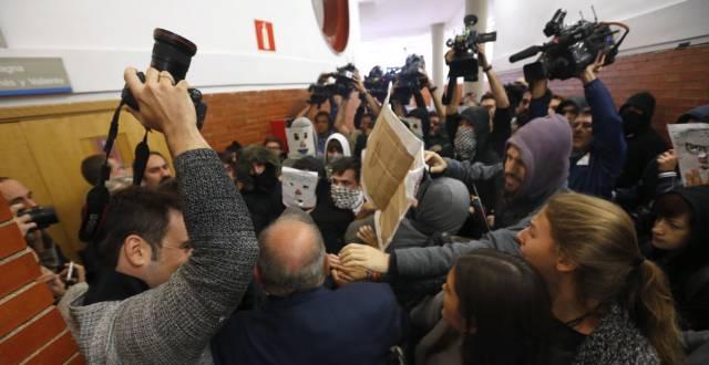 Uno grupo impide la entrada de González.