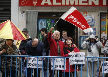 Ambiente en la sede de Ferraz para la celebración del Comite Federal del PSOE.