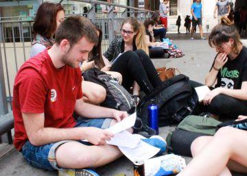 Estudiantes en un descanso del examen de Selectividad, en la Universidad de Barcelona.