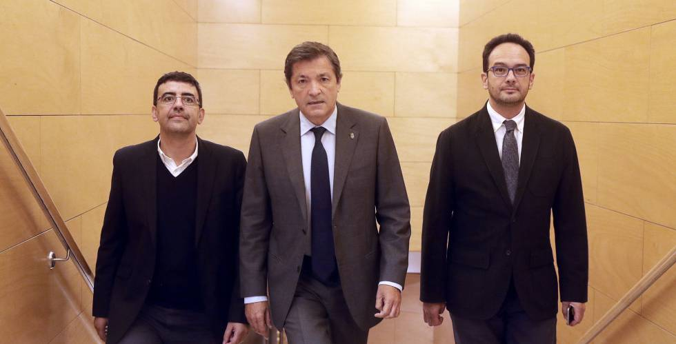 Javier Fernández, al centro, tras la reunión mantenida en el Congreso de los Diputados este martes.