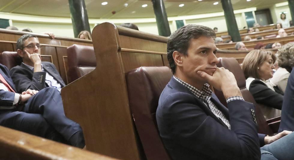 Los diputados socialistas Eduardo Madina y Pédro Sánchez.