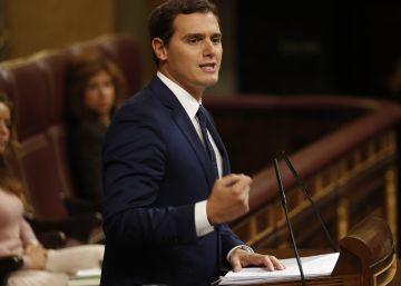 """Rivera promete """"vigilar"""" al PP y critica a Iglesias por hablar de golpe de Estado"""