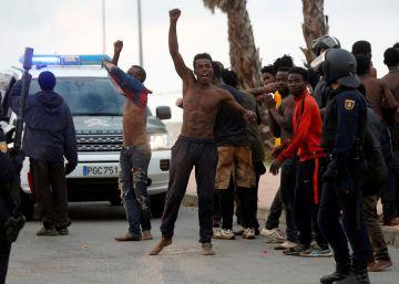 Más de 200 personas entran en Ceuta tras un salto masivo
