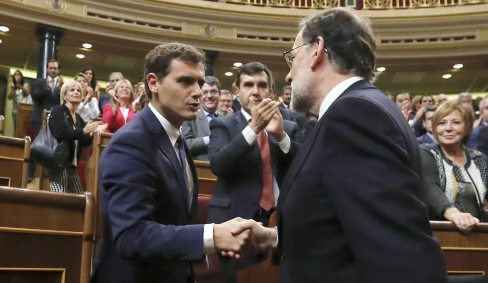 Albert Rivera felicita a Mariano Rajoy tras su investidura como presidente.
