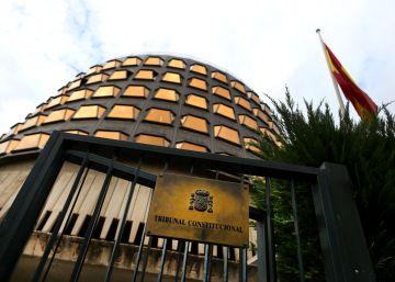El Constitucional avala la ley que le permite suspender a cargos públicos