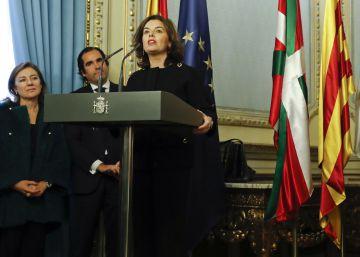 Rajoy encomienda a Santamaría el control político y sobre Cataluña