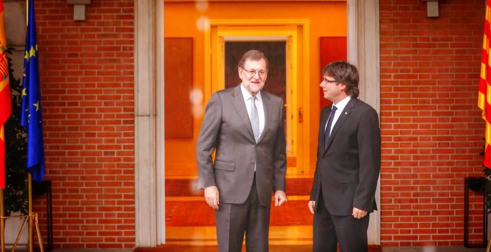 Carles Puigdemont, durante su visita a Mariano Rajoy en La Moncloa el pasado abril.