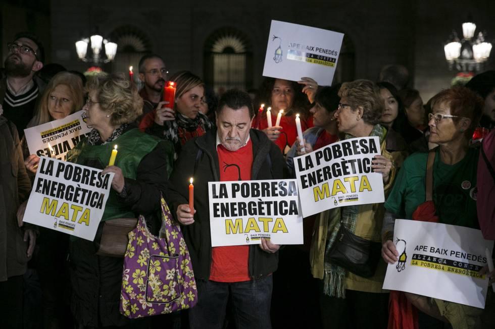 Manifestación ayer miércoles contra la pobreza energética en la plaza de Sant Jaume en Barcelona.