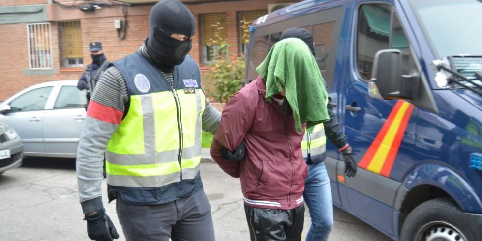 Uno de los supuestos yihadistas arrestados por la policía, este sábado.