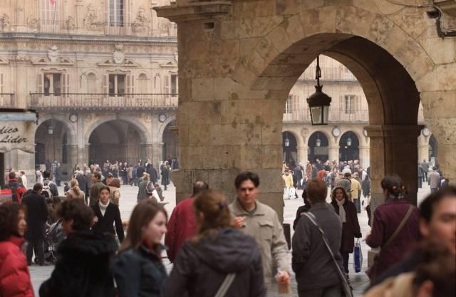 Gente paseando en la plaza Mayor de Salamanca, en una imagen de archivo.
