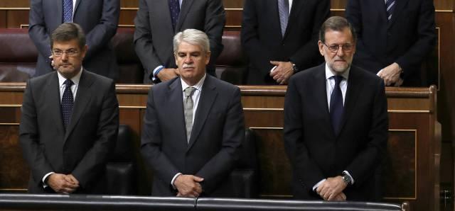 El presidente del Gobierno durante el minuto de silencio en el Congreso.