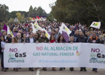 Unas 1.500 personas se manifiestan contra el almacén de gas en Doñana