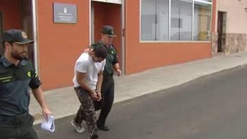 La Guardia Civil traslada a Montelongo, tras su detención.