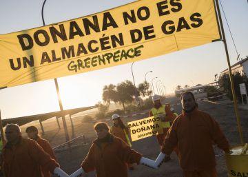 Activistas de Greenpeace se encadenan a las obras del almacén de gas en Doñana