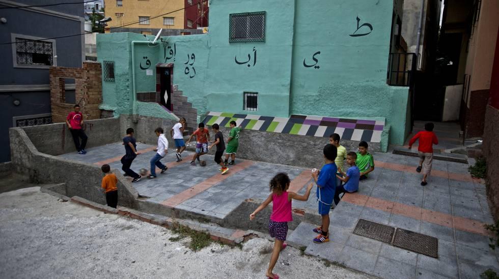 Niños jugando en una plazuela, Ceuta.