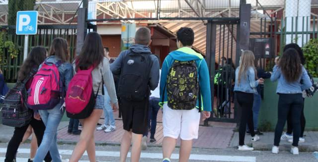 Alumnos a la entrada de un instituto en Soto del Real (Madrid) en septiembre.