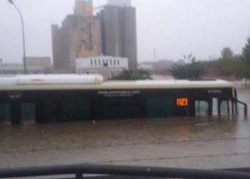 Una mujer fallece tras inundarse un local en Málaga por las fuertes lluvias