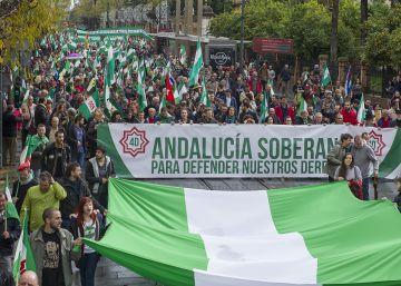 Un millar de personas reivindica en Sevilla más autonomía para Andalucía