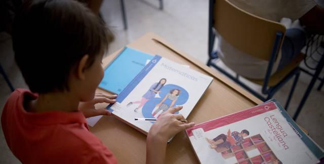 Libros de texto de un alumno del colegio de educación de infantil y primaria, Jacarandá, en Sevilla.