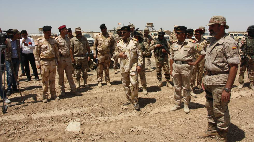 El coronel español Julio Salom, a la derecha, con generales iraquíes en Besmayah.