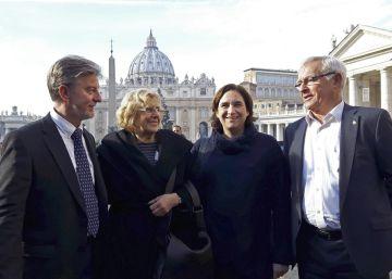 Colau y Carmena denuncian en el Vaticano las trabas del Gobierno a los refugiados