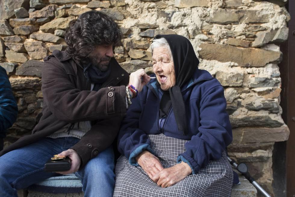 Una de las tareas del cura rural es llevar la comunión hasta las casas de ancianas que no pueden ir hasta la iglesia.